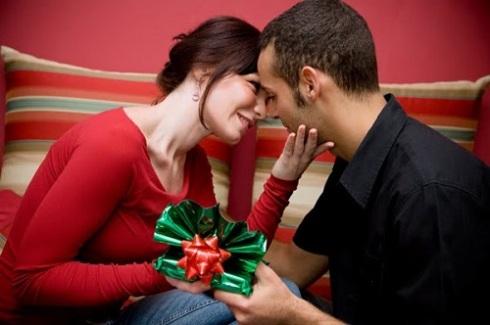 Vaikka vuosipäivälahja voi unohtua helposti, se on tärkeä osa toimivaa parisuhdetta